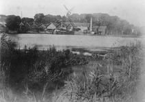 1983-3283 De Oostkous gezien vanaf de Ruigeplaat. Aan de overzijde de gebouwen van de houthandel van de Gebr. van de ...