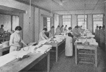 1983-3425 Gezicht in de strijkzaal van de stoomwasserij en strijkinrichting C.D. Borgh en M. Zwijs aan de ...