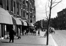 1983-3524 Gezicht op het Burgemeester Meineszplein met op de achtergrond de Beukelsdijk.