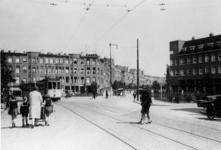 1983-3526 Gezicht op het Burgemeester Meineszplein met rechts de Burgemeester Meineszlaan. De tram lijn 9 komt van de ...