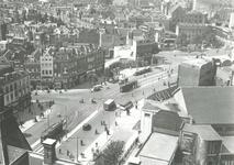 1983-3642 Gezicht vanaf het stadhuis op de Coolsingel met rechts op de voorgrond de Doelen.Op de achtergrond het ...