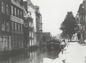 1983-3651 De Delftsevaart met op de achtergrond de Meentbrug.