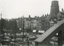 1983-3656 De Steigersgracht en de Grotemarkt met links het standbeeld van Erasmus.Op de achtergrond de toren van de ...