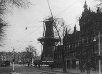 1983-3670 De Goudsesingel en op de achtergrond het Oostplein met molen De Noord.