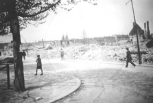 1983-760 Gezicht op de door het Duitse bombardement van 14 mei 1940 getroffen Vredenoordlaan. Op de achtergrond de twee ...
