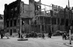 1983-781 Gezicht op de door het Duitse bombardement van 14 mei 1940 getroffen Boompjes hoek van de Rederijstraat met de ...