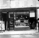 1983-853 Filiaalwinkel van de broodbakkerij J. Jansse Wz aan de Nieuwe Binnenweg 293. De winkel werd geopend in het ...