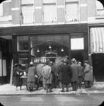 1983-860 Vermoedelijk de opening van het winkel filiaal broodbakkerij J. Jansse Wz op aan de Nieuwe Binnenweg 293. Op ...