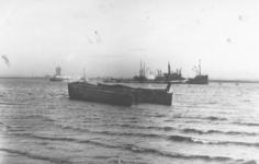 1984-1471 Gezicht op de Nieuwe Maas met op de voorgrond het gezonken Rijnschip Columbus bij de zuidelijke oever, in het ...