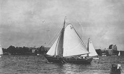 1984-166 Zeilschip Margaretha van de Hogere Zeevaartschool op de Nieuwe Maas.Op de achtergrond de Westerkade.