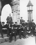 1984-167 Groepsfoto van de leerlingen en leraar voor de ingang van het schoolgebouw aan de Pieter de Hoochweg.