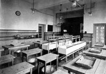 1984-2468-TM-2473 Interieurs Rotterdamse Huishoudschool aan de Graaf Florisstraat nummers 45-61.Afgebeeld van boven ...