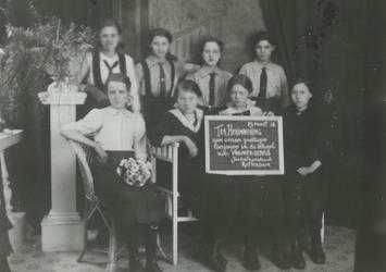 1984-2494 Geslaagde leerlingen van de School voor Vrouwenarbeid in de Jonker Fransstraat.