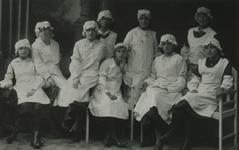 1984-2495 Geslaagde leerlingen van de School voor Vrouwenarbeid in de Jonker Fransstraat.