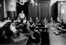 1984-2501 School voor vrouwenarbeid aan de Boezemdwarsstraat. Leerlingen bekwamen zich in het vak nuttige handwerken.