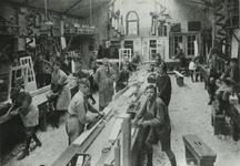 1984-2525 Een vaklokaal voor houtbewerking van de 1e Ambachtsschool in de Tamboerstraat.