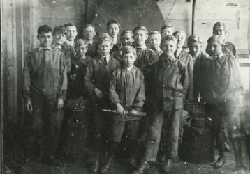 1984-2529 De 3e-jaars leerlingen van de Ambachtsschool in de Tamboerstraat.