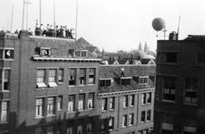 1984-2637 Een luchtballon zweeft boven de binnenstad. Op de achtergrond de twee torens van de Koninginnekerk.