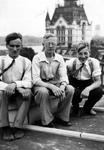 1984-2642 Drie personen op dak van een huis aan de Spaanschekade bij de Oudehaven. Uit noordoostelijke richting. Op de ...