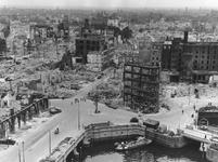 1984-2750A Gezicht op de door het Duitse bombardement van 14 mei 1940 getroffen Oudehaven en omgeving met verderop de ...