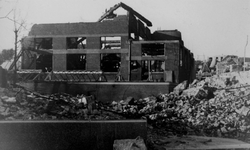 1984-2770 Restanten van het gebouw van het Rotterdamsch Nieuwsblad aan de Schiekade na het Duitse bombardement van 14 ...