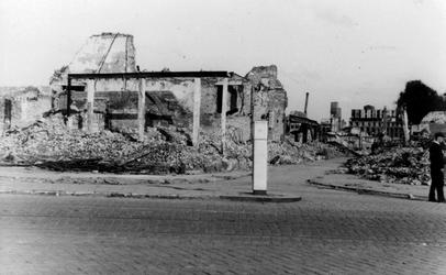 1984-2773 Gezicht op de door het Duitse bombardement van 14 mei 1940 getroffen Pannekoekstraat. Vanaf de Goudsesingel. ...