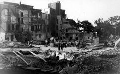 1984-2777 Puinresten na het bombardement van 14 mei 1940. De Botersloot met het telefoonkantoor bij de Kipstraat.