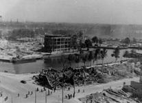 1984-2789 Gezicht op de door het Duitse bombardement van 14 mei 1940 getroffen Leuvehaven. Bij de hoek van de ...