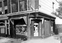 1984-3228 Winkelpand in de Tiendstraat op de hoek van de Bloemstraat. Links een stukje van café De Drie Ballons.