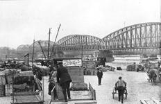 1984-3244-1,-2 Het Bolwerk.Op de achtergrond de spoorbrug en de Willemsbrug over de Nieuwe Maas.Van boven naar beneden ...
