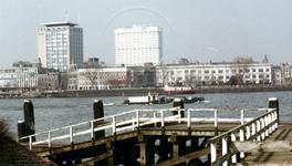 1984-3312 Gezicht vanaf het 1e Katendrechtse hoofd op de Nieuwe Maas en aan de overzijde de Westerkade met op de ...