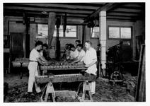 1984-358,-359 Interieur van bakkerij Aug. Schenk aan de Baan.Van boven naar beneden afgebeeld:- 358: Werknemers aan het ...