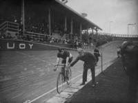 1984-381 De opening van de wielerbaan aan de Kralingseweg. Jaap Meyer aan de start voor de 1 kilometerrace in 4 ronden.