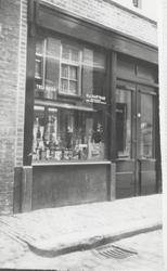 1984-439 Slijterij H.J. Hartman in de Doelstraat.