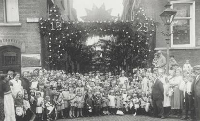 1984-440 Groepsfoto van bewoners tijdens een feest in de Doelstraat bij de Gedempte Botersloot (voorgrond).
