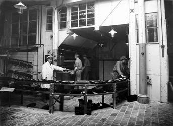 -55-VERVOLG1 Album met foto's betreffende brood- , beschuit- en banketbakkerij De Korenschoof aan het Vasteland. ...