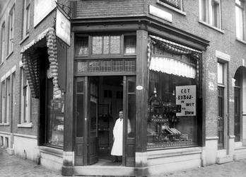 -55-VERVOLG3 Album met foto's betreffende brood- , beschuit- en banketbakkerij De Korenschoof aan het Vasteland. ...