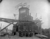 1984-838 50 jarige jubileum verenigingsfeest bij de familie Van Stolk. Versiering van de stoomhoutzagerij.