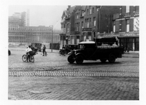 1985-1307 Gezicht op de Mathenesserlaan vanuit de Nieuwe Binnenweg gezien, in de richting van Unilevergebouw.