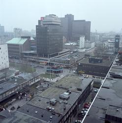 1985-1826 Overzicht vanaf een flatgebouw aan de Jan Evertsenplaats op de Lijnbaan bij de van Oldenbarneveltplaats.