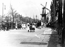 1985-273,-274 Bloemenmarkt op de Coolvest.Van boven naar beneden afgebeeld:- 273: Voor winkelgalerij de Passage ...