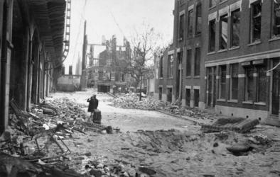 1985-514 Restanten van panden in de Vijverhofstraat , na het bombardement van 14 mei 1940. Op de achtergrond de Bergweg.