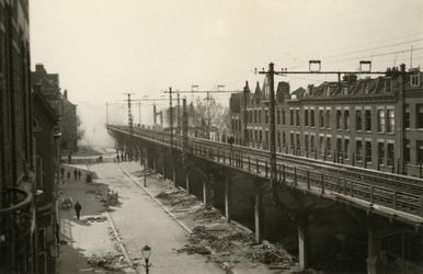 1985-515 Gezicht in de door het Duitse bombardement van 14 mei 1940 getroffen Vijverhofstraat. Restanten van het ...