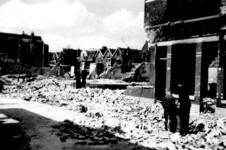 1985-517 Gezicht in de door het Duitse bombardement van 14 mei 1940 getroffen Bleiswijkstraat, met beschadigde huizen. ...