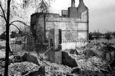 1985-524 Gezicht op de door het Duitse bombardement van 14 mei 1940 getroffen Maasstraat. Als gevolg van dit ...