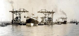 1985-577 Gezicht op de Maashaven met het Griekse schip Rokos gedurende het kolen bunkeren.