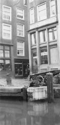 1985-597 Gezicht op de westzijde van het Spuiwater, bij de hoek van de Krattensteeg.
