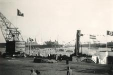 1986-1270 Gezicht op de Parkkade met een Duitse hakenkruisvlaggen gepavoiseerd Rijnraderschip langs de kade. Op de ...