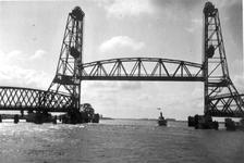 1986-1275 De Oude Maas met de Spijkenisser hefbrug.