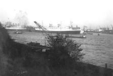 1986-1278 Gezicht op de Nieuwe Maas, op de achtergrond de Wilhelminakade met de Holland-Amerika Lijn passagiersschepen ...